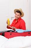 Luggaging Verpackungsmann zu Hause Lizenzfreie Stockfotografie
