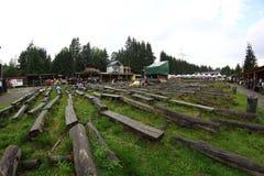 11 LUGLIO 2013 - GARANA, ROMANIA Scene e la gente che si siedono o che camminano sulla via Fotografia Stock