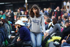 11 LUGLIO 2013 - GARANA, ROMANIA Scene e la gente che si siedono o che camminano sulla via Fotografie Stock Libere da Diritti
