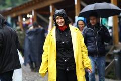 11 LUGLIO 2013 - GARANA, ROMANIA Scene e la gente che si siedono o che camminano sulla via in un giorno piovoso Fotografia Stock Libera da Diritti