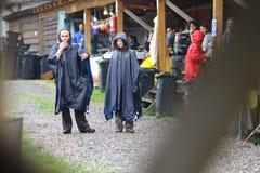 11 LUGLIO 2013 - GARANA, ROMANIA Scene e la gente che si siedono o che camminano sulla via in un giorno piovoso Fotografia Stock