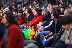 11 LUGLIO 2013 - GARANA, ROMANIA Scene e la gente che si siedono o che camminano sulla via in un giorno piovoso Fotografie Stock