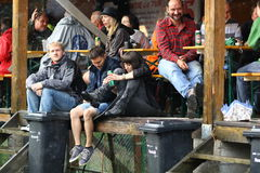 11 LUGLIO 2013 - GARANA, ROMANIA Scene e la gente che si siedono o che camminano sulla via in un giorno piovoso Immagini Stock