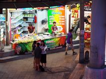 7 luglio 2018 gente urbana TAILANDESE che si muove velocemente di nuovo a casa fotografia stock