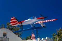 4 luglio 2016 - i cittadini di Ojai la California celebrano la festa dell'indipendenza - aeroplano di modello in bianco e blu ros Fotografie Stock Libere da Diritti
