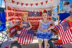 4 luglio 2016 - i cittadini di Ojai la California celebrano la festa dell'indipendenza - bandiere degli Stati Uniti della tenuta  Fotografia Stock