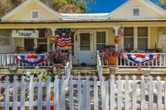 4 luglio 2016 - i cittadini di Ojai la California celebrano la festa dell'indipendenza - casa americana con il segno presidenzial Fotografie Stock