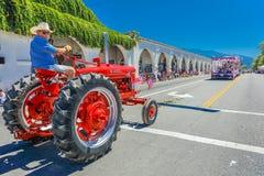 4 luglio 2016 - i cittadini di Ojai la California celebrano la festa dell'indipendenza - del trattore via principale rossa Ojai g Immagini Stock Libere da Diritti