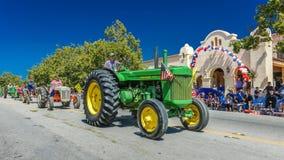 4 luglio 2016 - i cittadini di Ojai la California celebrano la festa dell'indipendenza - del trattore via principale verde Ojai g Immagini Stock Libere da Diritti
