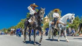 4 luglio 2016 - i cittadini di Ojai la California celebrano la festa dell'indipendenza - i cavallerizzi ispanici marciano nella p Fotografia Stock Libera da Diritti