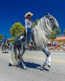 4 luglio 2016 - i cittadini di Ojai la California celebrano la festa dell'indipendenza - i cavallerizzi ispanici marciano nella p Fotografia Stock