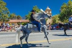 4 luglio 2016 - i cittadini di Ojai la California celebrano la festa dell'indipendenza - i cavallerizzi ispanici marciano nella p Immagine Stock