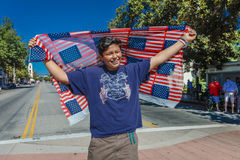 4 luglio 2016 - i cittadini di Ojai la California celebrano la festa dell'indipendenza - l'uomo ispanico tiene le bandiere americ Fotografia Stock Libera da Diritti