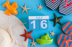 16 luglio Immagine del calendario del 16 luglio con gli accessori della spiaggia di estate e l'attrezzatura del viaggiatore su fo Fotografia Stock