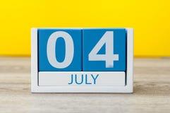 4 luglio Immagine del calendario del 4 luglio su fondo giallo Albero nel campo Spazio vuoto per testo Festa dell'indipendenza del Immagine Stock