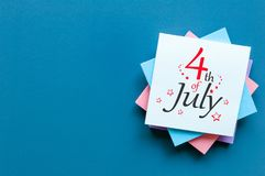 4 luglio Immagine del calendario del 4 luglio su fondo blu Albero nel campo Spazio vuoto per testo Festa dell'indipendenza dell'a Fotografie Stock Libere da Diritti