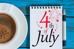 4 luglio Immagine del calendario del 4 luglio su fondo blu con la tazza di caffè Albero nel campo Spazio vuoto per testo indipend Immagini Stock Libere da Diritti
