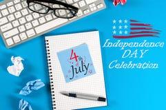 4 luglio Immagine del calendario del 4 luglio sul fondo blu del posto del lavoro d'ufficio Albero nel campo Spazio vuoto per test Fotografie Stock