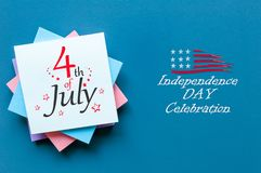 4 luglio Immagine del calendario del 4 luglio sul fondo della tavola dell'ufficio Albero nel campo Festa dell'indipendenza dell'a Immagine Stock Libera da Diritti