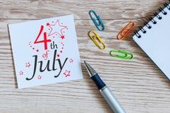 4 luglio Immagine del calendario del 4 luglio sul fondo della tavola dell'ufficio Albero nel campo Spazio vuoto per testo Festa d Fotografia Stock