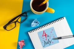 4 luglio Immagine del calendario del 4 luglio sul fondo del posto di lavoro Albero nel campo Spazio vuoto per testo Festa dell'in Fotografie Stock Libere da Diritti