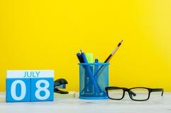 8 luglio Immagine dell'8 luglio, calendario su fondo giallo con gli articoli per ufficio Giovani adulti Con spazio vuoto per test Fotografie Stock