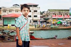 30 luglio 2015 Kawthaung, Myanmar; Ragazzo birmano con la polvere di Tanaka Fotografia Stock