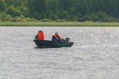 15 luglio 2017 la Russia, il fiume di Vuoksi, Losevo - due pescatori i Fotografia Stock Libera da Diritti