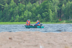 15 luglio 2017 la Russia, il fiume di Vuoksi, Losevo - pescatori della barca Immagini Stock