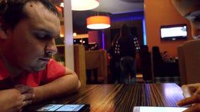 4 luglio 2015 La Russia novosibirsk Uomo con la sua moglie che si siede in una caffetteria ed in un telefono cellulare di usi men archivi video