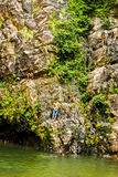 Luglio 2015, Langkawi, Malesia - bambini locali ad una cascata Immagini Stock