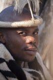4 luglio 2015 - Lesedi, Sudafrica Uomo con gli accessori etnici Guida tribale Fotografie Stock Libere da Diritti