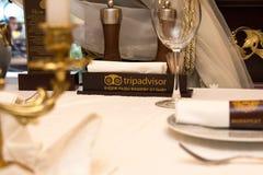 25 luglio 2016 - Odesa, Ucraina: il piatto sul ` di tripadvisor del ` del ristorante della tavola e l'iscrizione nel ` russo guar Immagine Stock Libera da Diritti