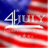 4 luglio, testo di festa dell'indipendenza sopra il fla defocused degli Stati Uniti Immagine Stock Libera da Diritti