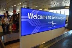 2016 luglio Verona Italy - benvenuto del ` dell'insegna al ` di Verona Airport all'aeroporto ed ai turisti Immagini Stock Libere da Diritti