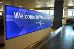 2016 luglio Verona Italy - il benvenuto del ` dell'insegna al ` di Verona Airport all'aeroporto ed i bagagli allineano Fotografia Stock