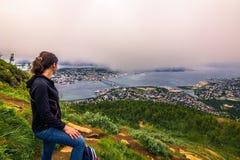 31 luglio 2015: Viaggiatore alla cima del supporto Storsteinen in Tromso Fotografia Stock Libera da Diritti