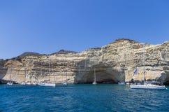 22 luglio 2015 - yacht di navigazione ancorati in un golfo nell'isola di Milo, Cicladi, Grecia Immagini Stock Libere da Diritti
