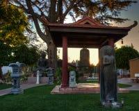 Lugn i trädgården för buddistisk tempel arkivfoton