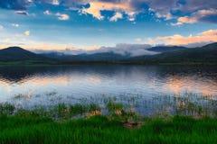 Lugn på berg en sjö royaltyfri bild