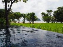 Lugn runt om pölen på den thai ön arkivbild