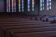 Lugn: stainglassfärgreflexion i kyrkan Arkivbilder