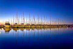 Lugna afton i seglinghamn Arkivbild