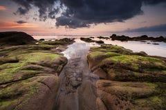 Lugna afton på den terongkongan stranden Kudat Arkivfoton