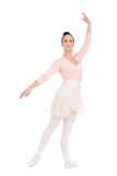 Lugna attraktiv ballerina som poserar med en arm upp arkivbilder