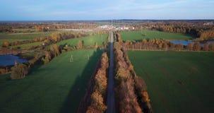 Lugna Autumn Evening View Over Yellow björkgränd med sikten på liten stad i östliga norr Europa lager videofilmer
