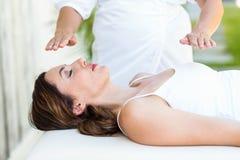 Lugna behandling för kvinnahälerireiki Fotografering för Bildbyråer