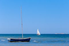 Lugna blått hav med segelbåtar Royaltyfria Bilder