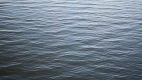 Lugna blått vatten av en sjö lager videofilmer