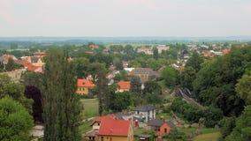 Lugna bosatt område med små hemtrevliga stugor i ekologiskt ren region i sommardag arkivfilmer